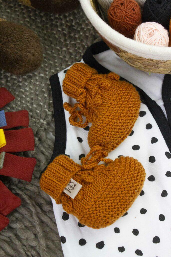 Strickwaren für ein Baby auf dem Weg